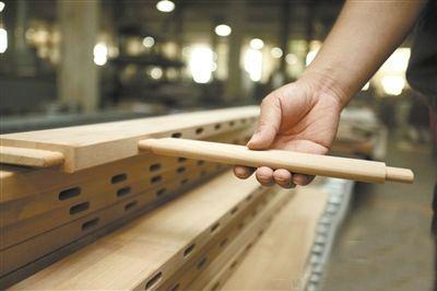 張秘介紹說,以開料配料為例,在手工制作家具時,工人根據所需木料尺寸
